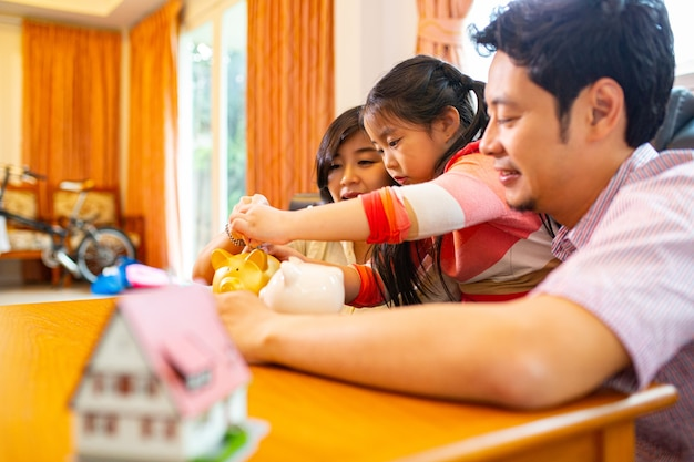 家でジェンガゲームをしているアジアの家族