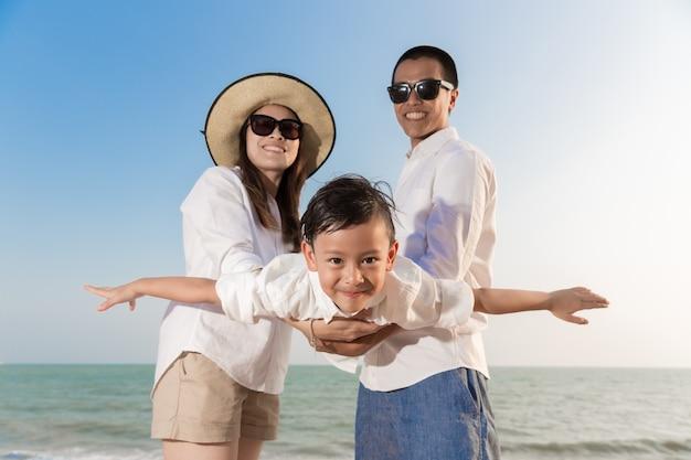 해변에서 노는 아시아 가족
