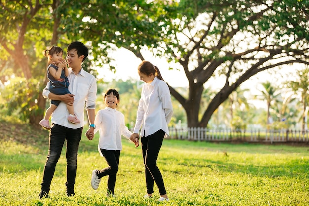 アジアの家族の肖像画、幸せな人々と公園、ライフスタイルと休日の概念で笑顔