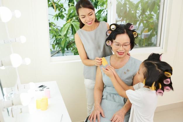 Азиатская семья готовится к празднику