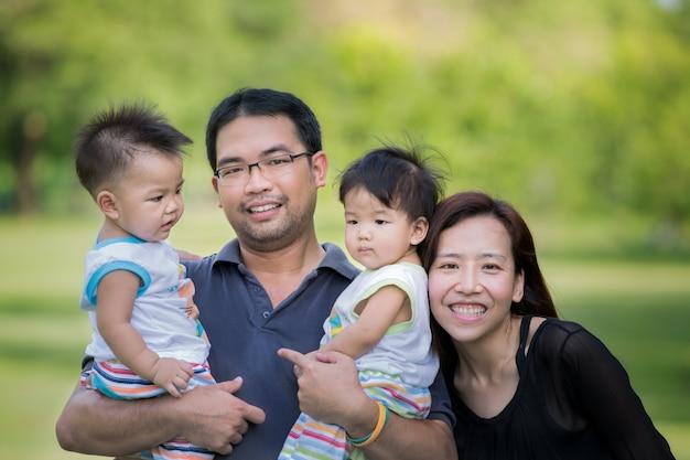Азиатская семья отдыхает в парке в городе бангкок, таиланд
