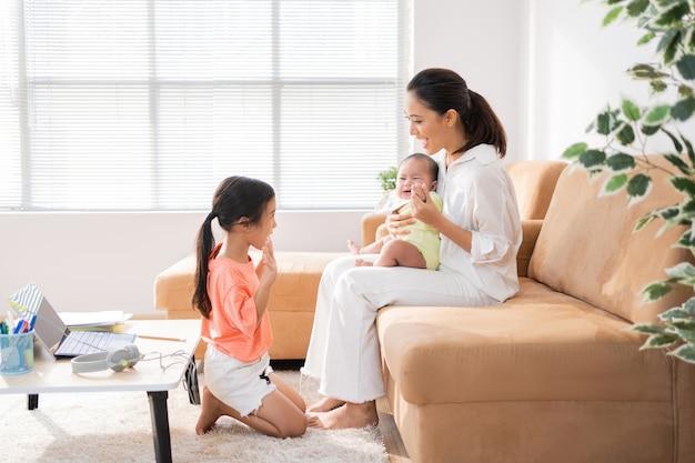 Famiglia asiatica che si distende dall'apprendimento in linea