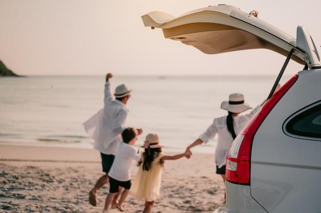 아시아 가족 휴가 휴가하늘을 나는 아이들을 안고 있는 행복한 가족 부모