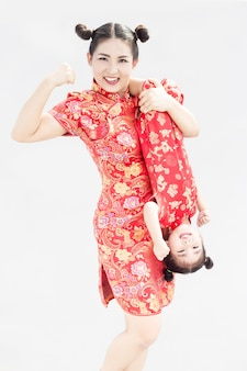 Cheongsamドレスとアジアの家族