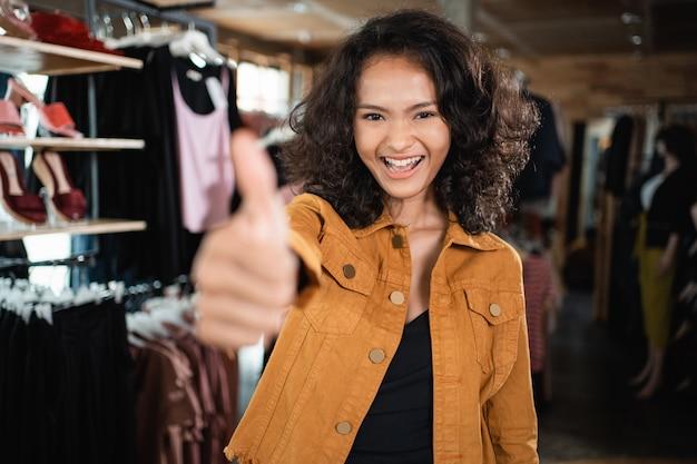 Азиатский владелец магазина модной одежды