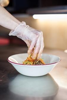 Азиатская рисовая лапша быстрого приготовления с жареным мясом и острыми овощами