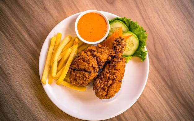카트만두 네팔에서 아시아 패스트 푸드 매운 구운 닭고기와 야채