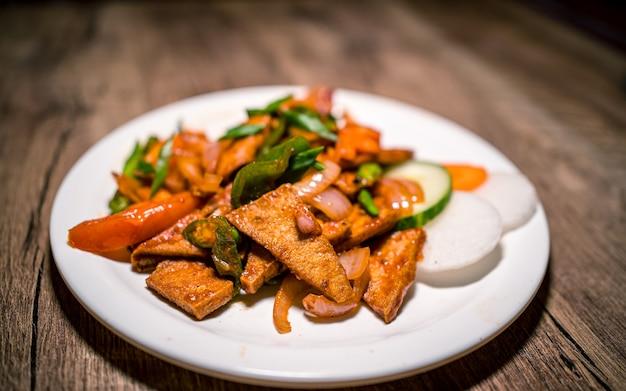 ネパールのカトマンズでアジアンファーストフードのスパイシーな豆腐と野菜のグリル
