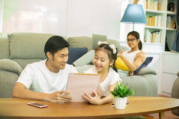 アジアの父と娘が家にいる。活動家族が一緒にやっている。親と一緒にライフスタイルを描く。