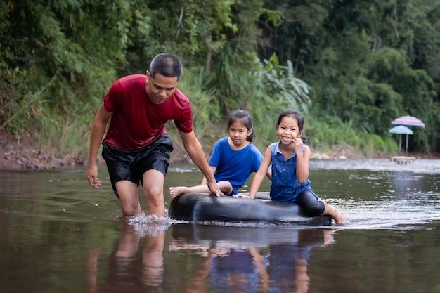 아시아 아버지와 함께 강에서 노는 그의 딸