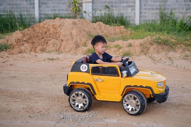 自宅で学生のための簡単なdiystemおもちゃのボートを作ることを楽しんでいるアジアの父と息子