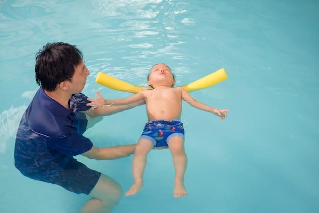 Азиатский отец берет милого маленького ребенка