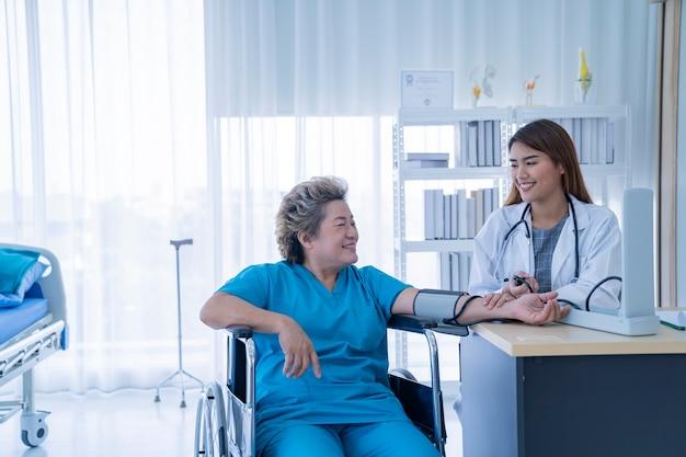 病院でアジアの女性医師