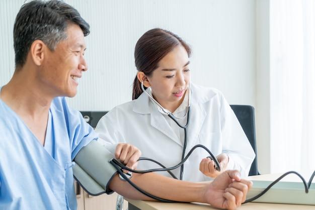 Азиатский женский доктор ckinging ее пациент