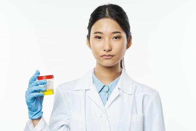 Азиатская женщина-врач грипп и вирус в китае
