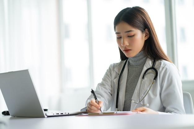아시아 여성 의사는 병원에서 일하고있다