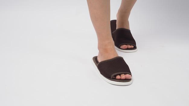 Азиатские женские тапочки для ног и носки, изолированные на белом фоне.