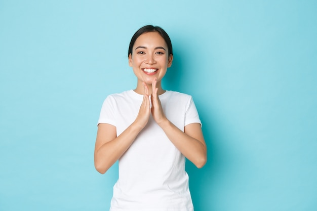 カジュアルなtシャツのポーズでアジアの女性