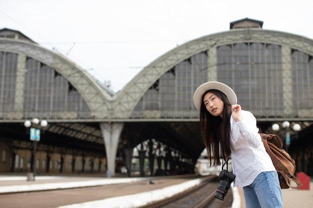 Азиатская местная путешественница с фотоаппаратом