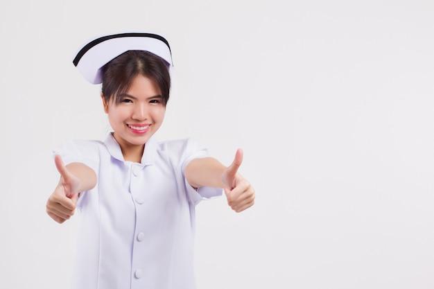 親指を立てるジェスチャーをあきらめるアジアの女性看護師
