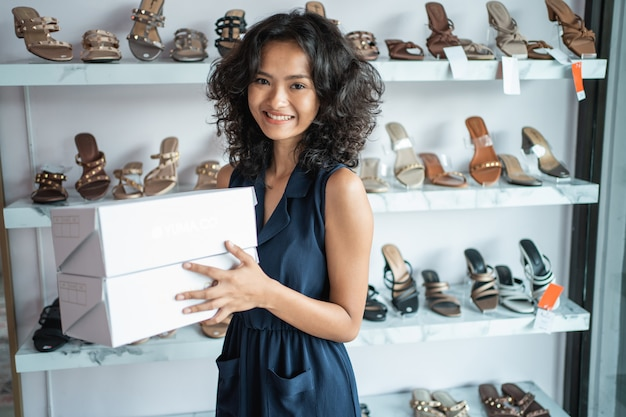 Азиатская женщина владелец магазина