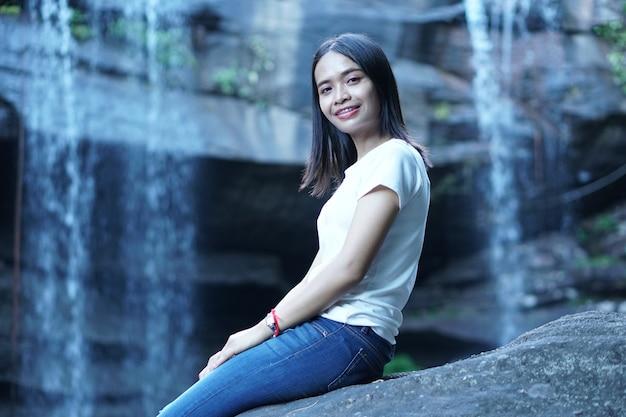 Азиатская туристка на фоне водопада