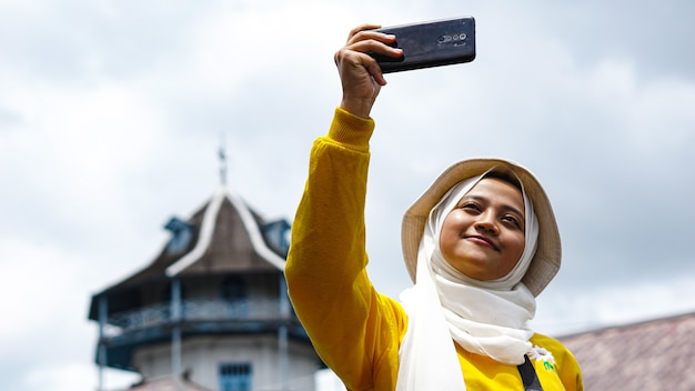 ケラトンソロで自分撮りをして旅行するアジアの女性