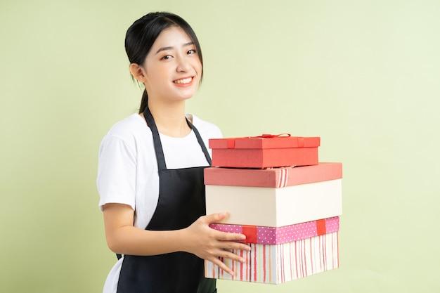 선물 상자를 들고 아시아 여성 웨이트리스