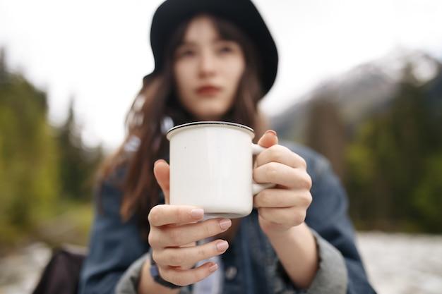 アジアの女性の若者は、あなたのマウントにミルクの泡で抹茶抹茶を飲むのが大好き