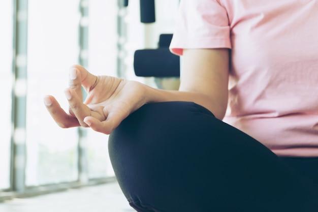 체육관에서 운동을하기 전에 워밍업 아시아 피트 니스 여자