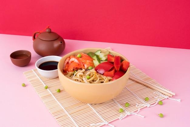 Азиатская еда и соевый соус под высоким углом