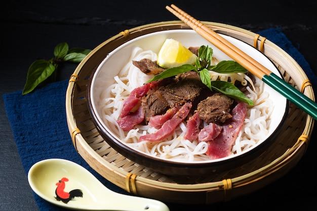 コピースペースと黒の背景にアジア料理のコンセプトベトナムフォーヌードル