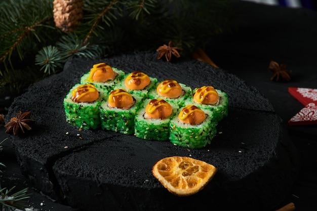아시아 음식 배달 집, 소스, 쌀, 젓가락과 함께 플라스틱 용기에 다양한 초밥 세트.