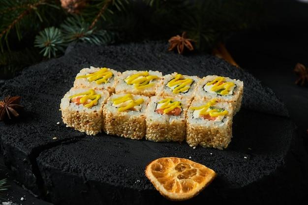 아시아 음식 배달 집, 소스와 함께 플라스틱 용기에 다양한 초밥 세트