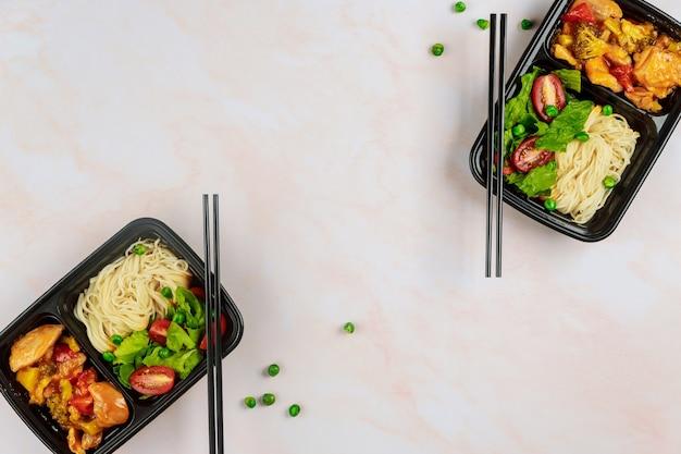 플라스틱 식품 용기 또는 트레이에 아시아 음식 배달. 음식 개념을 주문하십시오.