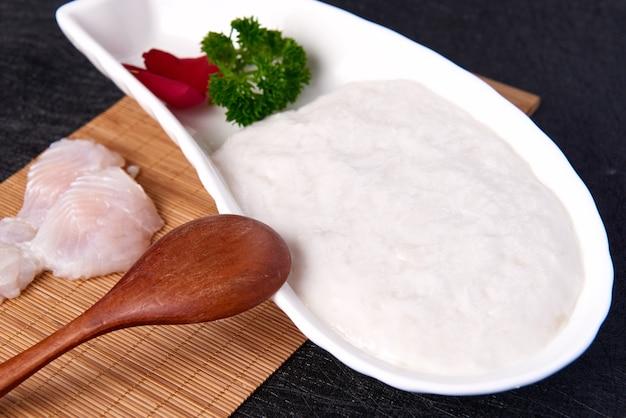 プレートにアジア料理の魚のペースト、竹のランチョンマットに刺身