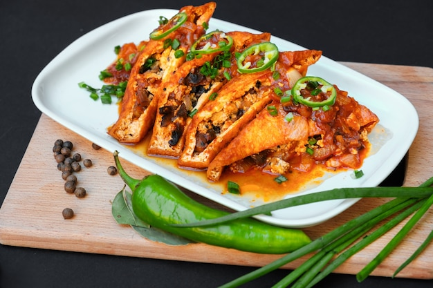 테이블에 접시에 아시아 음식 튀긴 두부 그린 핫 칠리 페퍼스와 파