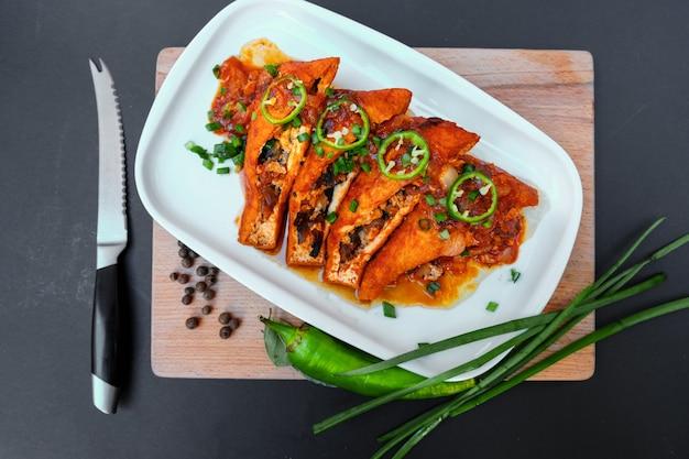 버섯을 곁들인 아시아 음식 튀긴 두부 그린 핫 칠리 페퍼와 파