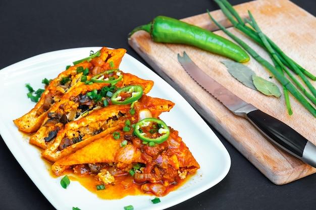 버섯을 곁들인 아시아 음식 튀긴 두부
