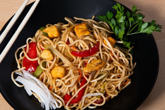 アジア料理、焼きそばと鶏肉の炒め物。孤立した画像。