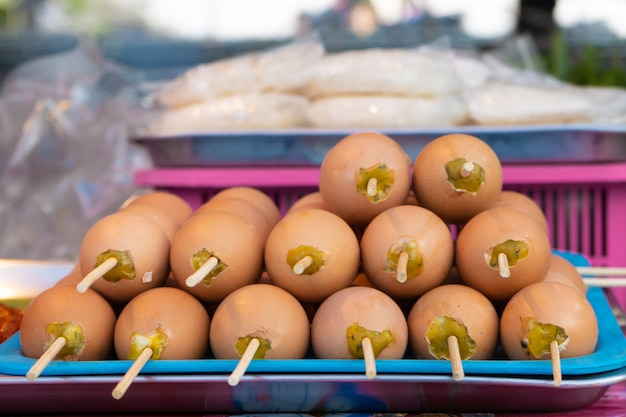 아시아 식품 시장. 막대기에 프라이드 치킨 계란이 있는 카운터