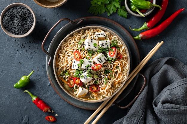 아시아 음식, 어두운 배경에 세라믹 그릇에 두부와 야채라면, 상위 뷰