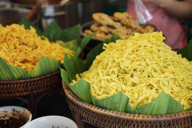 Азиатская еда продается на улице
