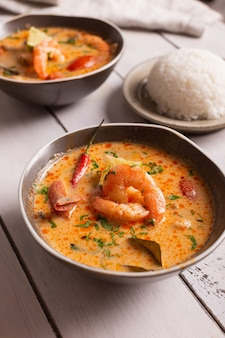アジア料理、ボウルにスパイシーなトムヤムクンのスープ