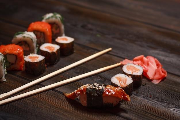 自己隔離、食品宅配のアジア料理の寿司と検疫ロール