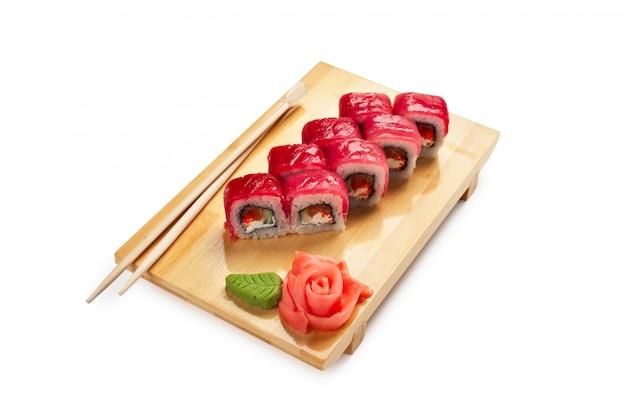 ホワイトスペースで分離された木製のプレートにアジア料理寿司