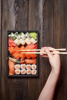 木製のテーブルにアジア料理の寿司