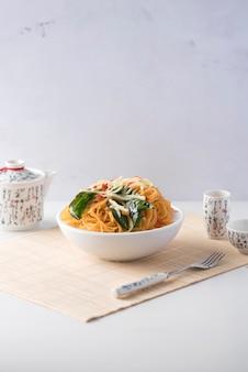アジア料理。野菜の客家麺は人気のあるアジアのレシピで、ボウルに入れて出されます。