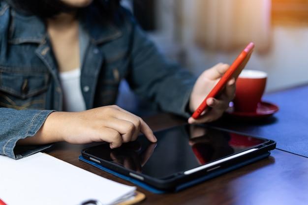 ホームオフィスの顧客とのタブレット作業ビデオ会議を使用しているアジアのフリーランサー。マーケティングと財務。オンラインアプリで顧客に対応します。オンラインでの販売と注文の受け取り。在宅勤務。