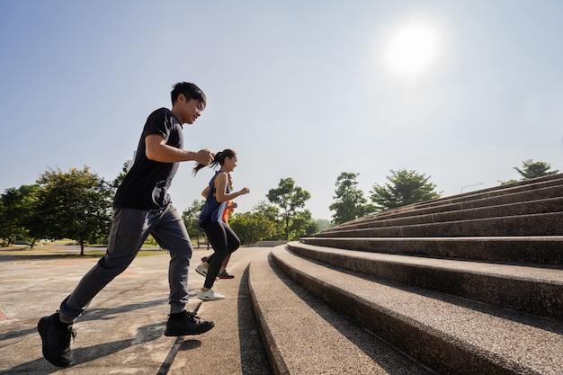 階段をジョギングするアジアの友人グループ